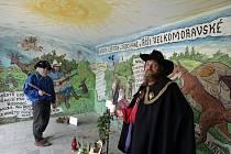 Malíř Petr Herzig a řezbář Beneš zkrášlili místní autobusovou zastávku bez nároku na honorář.