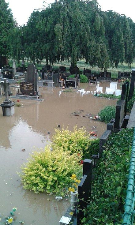 Následky průtrže mračen ve čtvrtek 13. června - hřbitov v Dolních Studénkách.