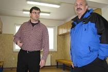 Předseda klubu Bořivoj Bartoš (vlevo) v šatně mužského áčka.