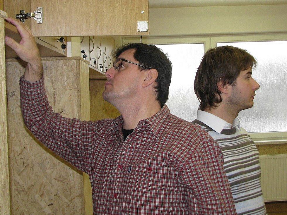 Předseda klubu Bořivoj Bartoš kontroluje skříňky v šatnách, vedle něj je kapitán áčka Martin Strnad.