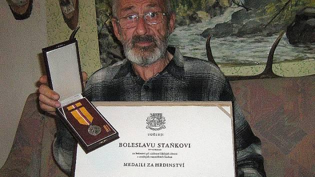 Boleslav Staněk starší s medailí za hrdinství, kterou dostal in memoriam jeho syn