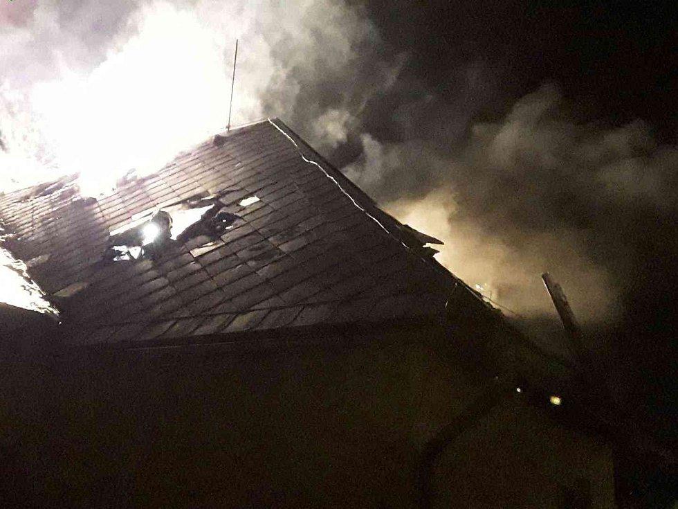 Požár střechy rodinného domku 12. října 2019 v Rapotíně