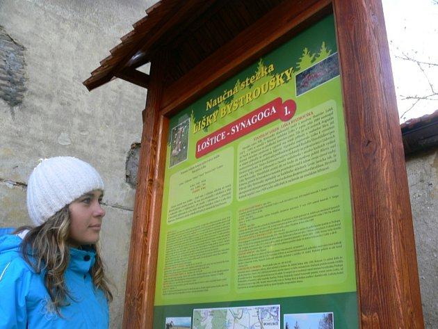 První panel Naučné stezky lišky Bystroušky stojí vedle synagogy v Lošticích.