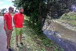 Vodáčtí instruktoři Honza Linhard a Adam Štěpán v místě, kde spadl člověk do rozvodněné řeky Desné.