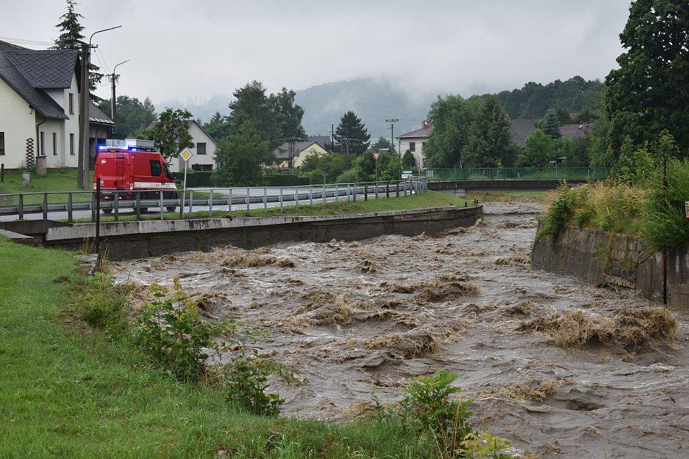 Rozvodněná řeka Bělá v Bělé pod Pradědem - Adolfovicích.