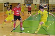 Futsalisté Delty Real (červené dresy) podlehli doma Vysokému Mýtu
