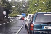 Dopravní kolaps zažil v pondělí 5. září Jeseník. Vinou částečné uzavírky mostu přes řeku Bělou v Bezručově ulici ucpala auta centrum města.