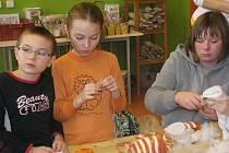V pondělí dopoledne se děti i jejich rodiče sešli v ateliéru centra Komín, kde se motivem tvůrčí činnosti stala pohádka O pejskovi a kočičce