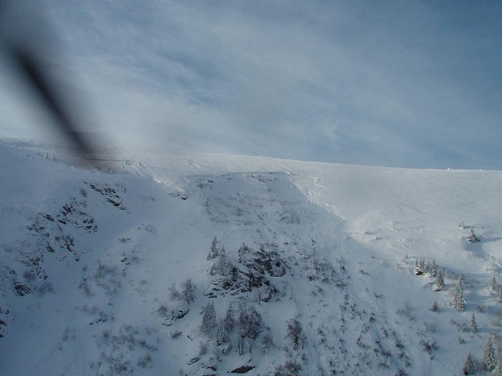 Pohled z vrtulníku na místo, kde se utrhla lavina