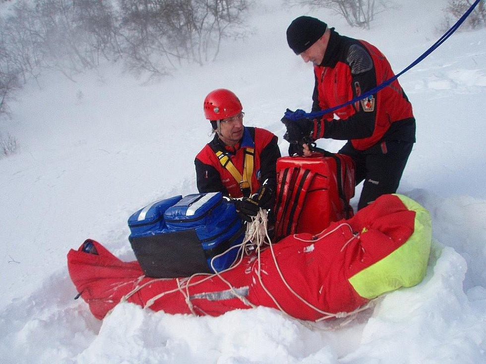 Vyprošťování muže z Litovle z laviny