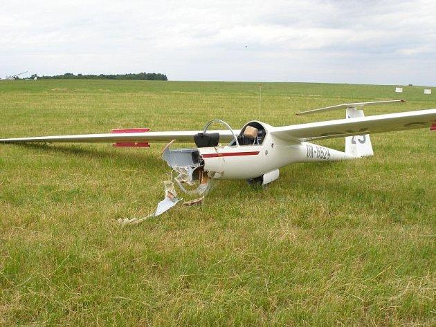 Sedmačtyřicetiletý pilot z Rýmařova se dostal se svým kluzákem do velkých problémů při přistávání. Stroj se zničehonic zřítil na zem.