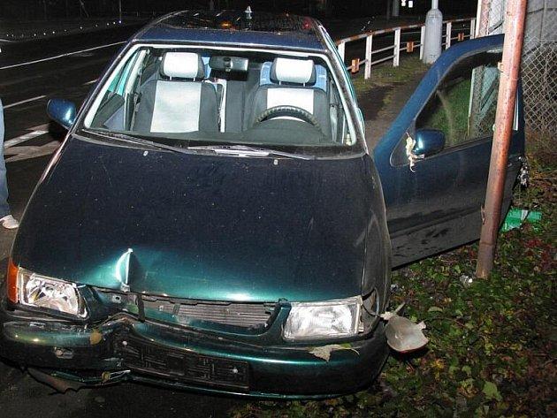 VW Polo na Žerotínově ulici. Opilý řidič tento vůz po několika karambolech nechal stát a odešel