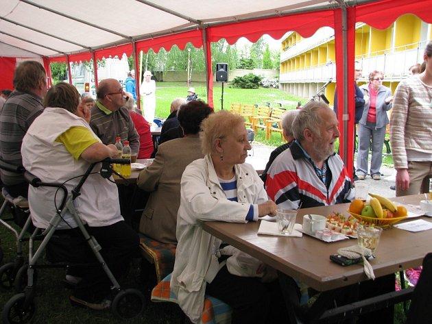 K 30. výročí od založení domova důchodců byla připravena zahradní slavnost.