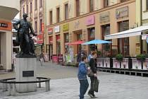 Dlažba okolo sochy císaře Josefa bude vyměněna.