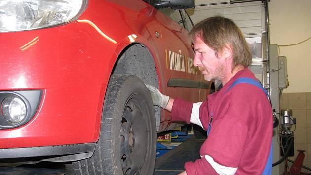 Třicet až čtyřicet vozů denně teď stíhají přezout v pneuservisu v Revoluční ulici v Šumperku