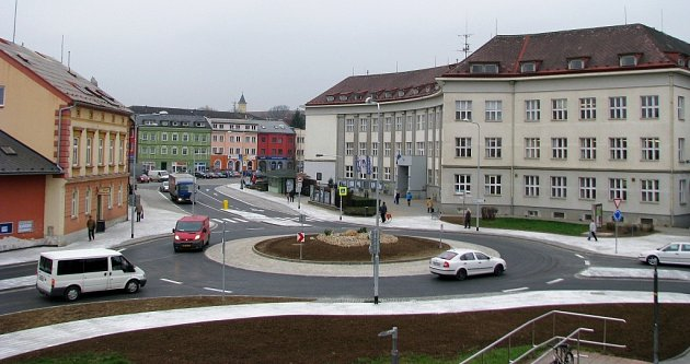 Kruhový objezd na křižovatce ulic ČSA, Postřelmovské a náměstí Osvobození vZábřehu.