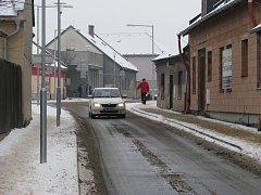 Nově opravené ulice v centru Mohelnice jsou po rekonstrukci podstatně užší než dříve. Podle odborníků to má přispět ke zpomalení dopravy a tím ke snížení počtu nehod a zmírnění jejich následků. Mnozí motoristé to ale kritizují.