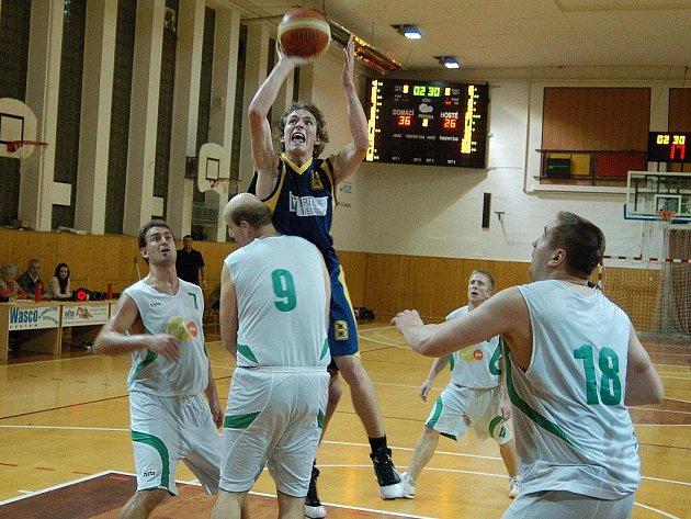 Šumperští basketbalisté (bílé dresy) v pohárovém utkání s Opavou