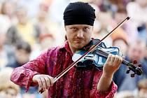 Pavel Šporcl to umí nejen s houslemi, ale i s tenisovou raketou