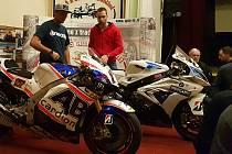 Motocykloví závodníci Karel Abraham a Ondřej Ježek zavítali mezi žáky a vyučující automobilní školy v Zábřehu