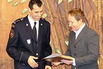 Pro ocenění za záchranu života ženy, která zkolabovala s epileptickým záchvatem, si ve středu 18. listopadu přišel na radnici profesionální hasič Tomáš Michal (v uniformě).