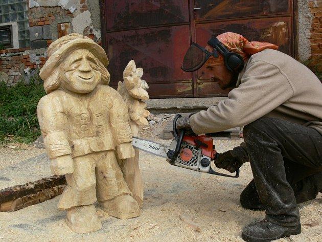 Expozici dřevěných soch najdou návštěvníci v nové galerii Abakuk, kterou řezbář Jaroslav Pecháček otevřel v bývalém Habermannově mlýně v Bludově.