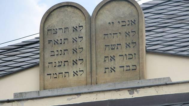 Plastika znázorňující desku s Desaterem božích přikázání nyní opět zdobí střechu synagogy v Úsově.