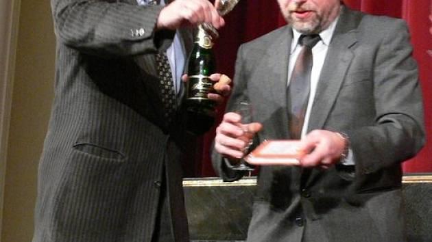 Suchého knížka byla na chvíli mokrá, šampaňským ji polil starosta Zdeněk Brož a vydavatel Pavel Ševčík.