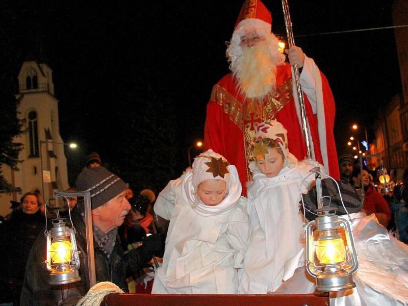 Mikuláš doprovázený anděly projíždí centrem Šumperku. Na bryčce ho za doprovodu hudby táhli městem statní čerti