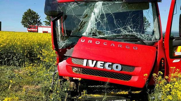 U Mohelnice havaroval kamion v řepkovém poli.