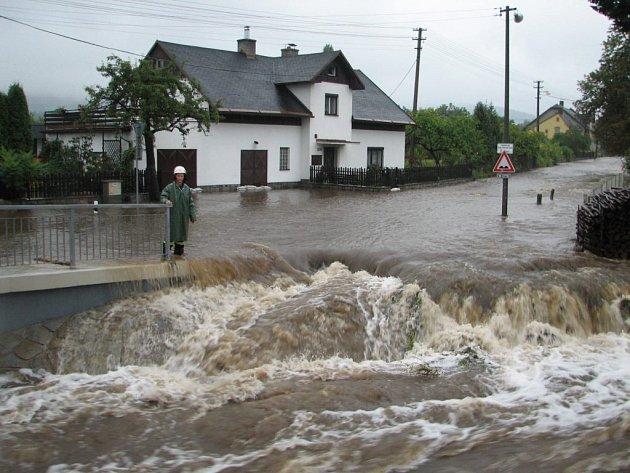 Koryta řek se na mnoha místech kvůli silným dešťům vylila z břehů.