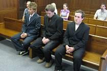 Soud potvrdil tresty pro trojici mladíků.