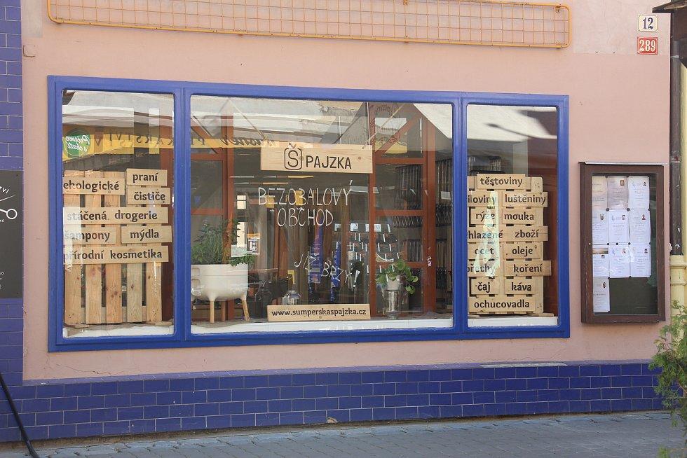Bezobalový obchod v Šumperku pár dní před otevřením.