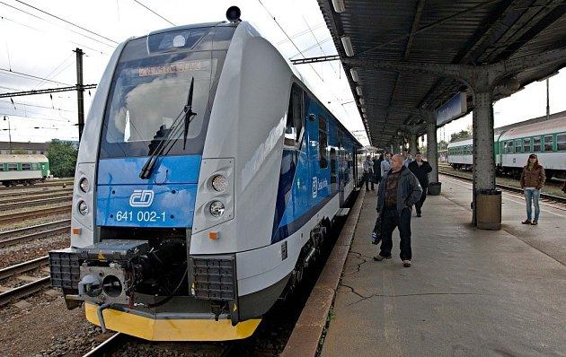 Cestující na železnici, kteří jezdí na trase mezi Šumperkem a Zábřehem, se už brzy dočkají moderního a pohodlného cestování. Na podzim na trase začne jezdit nízkopodlažní elektrická jednotka RegioPanter.