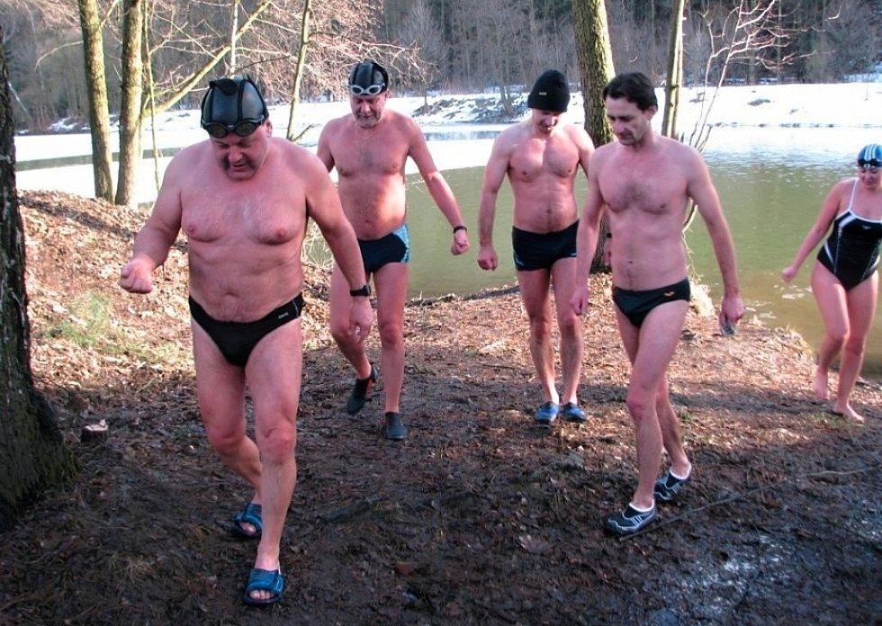 Bohumil Molek (v popředí) s dalšími kolegy – zimními plavci ze Zábřehu.