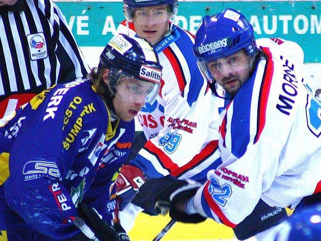 Drak Jakub Hulva (vlevo) a Olejář David Moravec na snímku z utkání první šestky