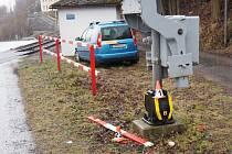 Řidiče na přejezdu v Koutech nad Desnou uvěznily závory. Prorazil je a zmizel.