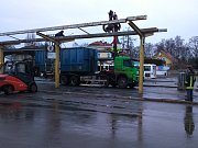 Demontáž ocelových střech nad nástupišti autobusového nádraží v Šumperku.