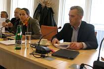 Zdeňka Dvořáková Kocourková a Petr Blažek z hnutí PRO - REGION na zasedání zastupitelstva.