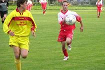 Dalším kolem pokračovala fotbalová I. A třída, na archivním snímku je hráč Vikýřovic (žlutý dres).