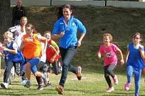Děti ze Základní školy v Hrabové si zasportovaly s bronzovou medailistkou z olympiády v Atlantě, mistryní světa a mnohonásobnou mistryní republiky v trojskoku Šárkou Kašpárkovou.