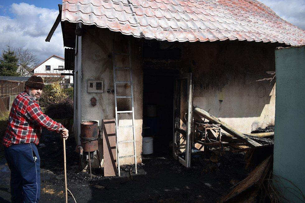 Požárem zničený zahradní domek Beštových v Klopině.