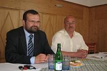S posádkou se seznámili radní Pavel Horák (vlevo) a poslanec Tomáš Kvapil.