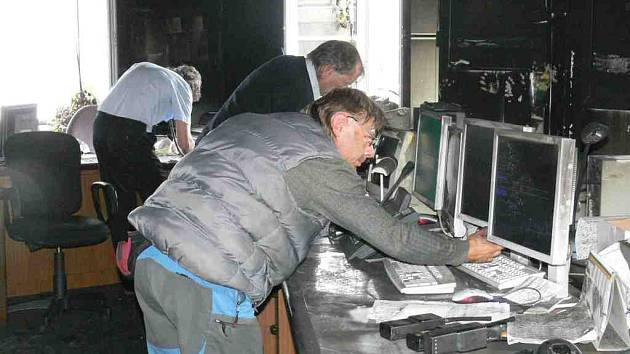 Dispečeři se snažili obnovit vlakový provoz v místnosti, kterou zpustošil požár.