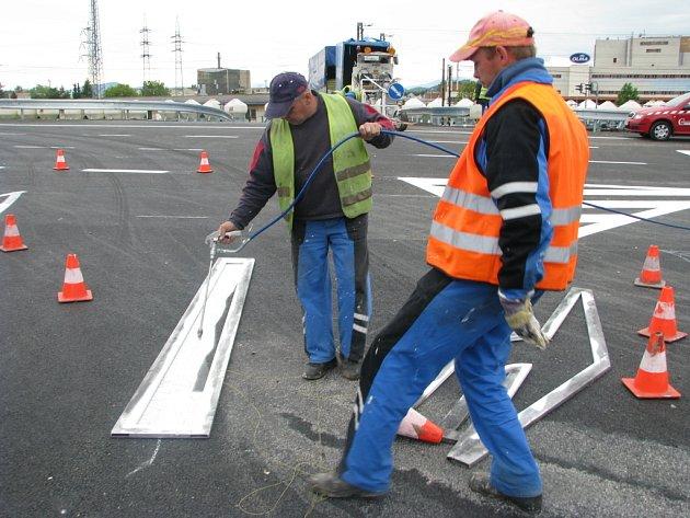 Pomocí šablon nanášejí v těchto dnech dělníci stavební firmy vodorovné dopravní značení na spojnici mezi novým obchvatem Rájce a starou silnicí mezi Rájcem a Zábřehem.