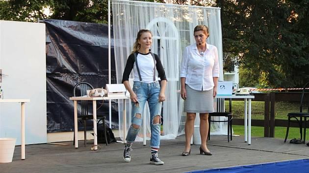 Sylva Kvapilová (vpravo) při představení Divadla V Sudu v Sudkově v létě 2020.