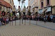 Divácky nejoblíbenější je roztančená ulice. Všechny zúčastněné soubory projdou v průvodu Šumperkem, na několika místech se zastaví a zatančí či zazpívají. Obrovský úspěch sklízeli i tanečníci na chůdách z Francie