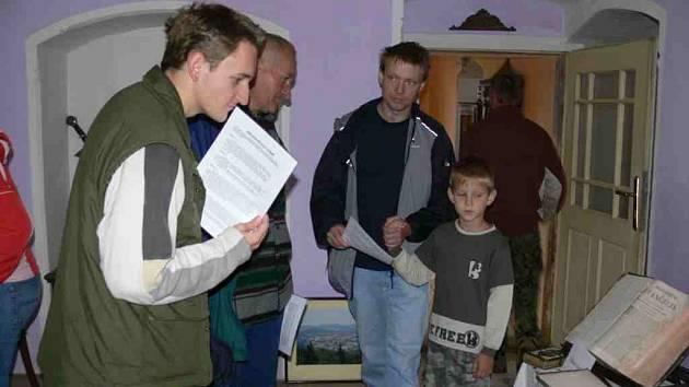 Jaroslav Schoffer ukazuje návštěvníkům zajímavosti nemilské tvrzi.