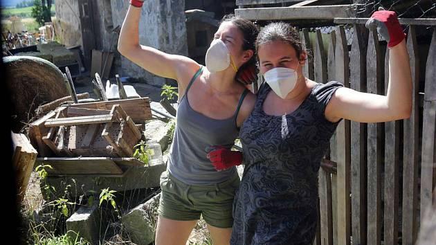 150 dobrovolníků pomáhá zdarma v okolí Vápenné na Jesenicku