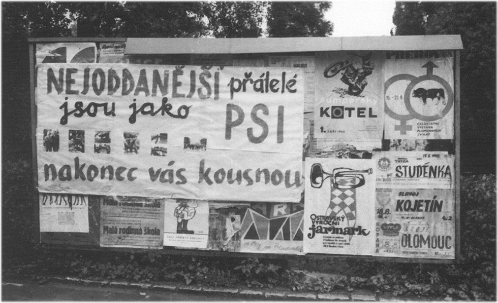 6. NEJODDANĚJŠÍ PŘÁTELÉ. Na protest vyrobený plakát na ulici 17. listopadu naproti hotelu Grand.